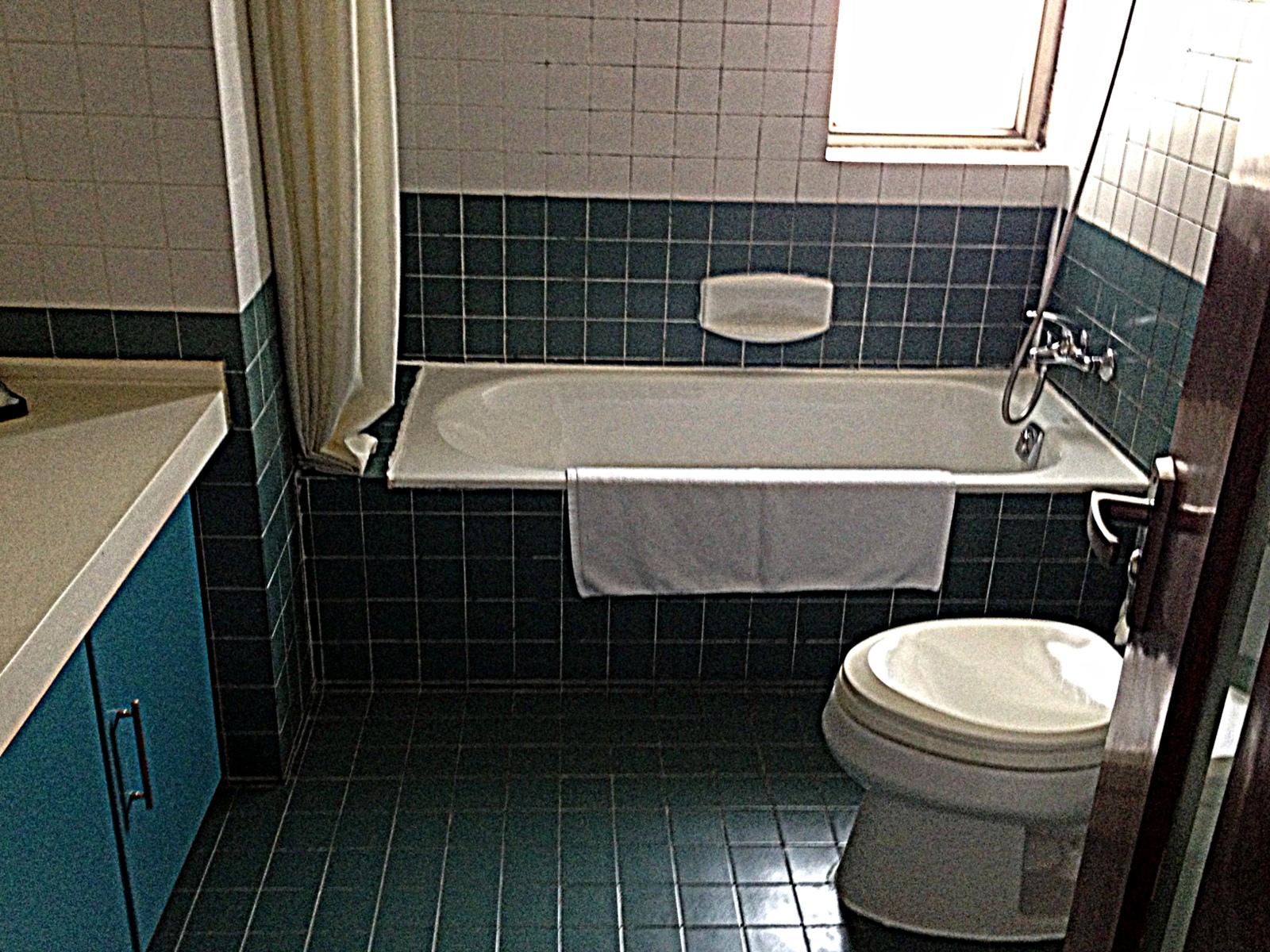 shanghai-shared-apartment-bathroom